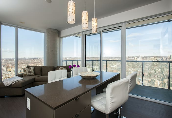 Executive Suite | High Floor | 2 BR | ❤️ of Downtown Toronto | Gorgeous City Views