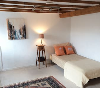 Spacious cosy room in the attic near the centre - Edimburgo