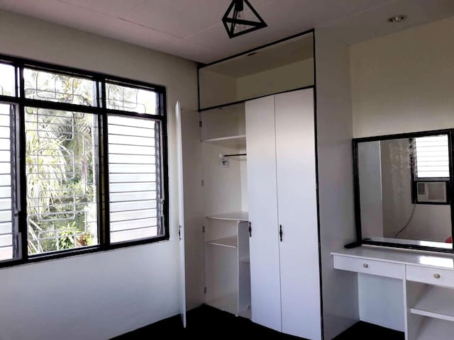 Deluxe Room with Wifi and parking inside UPLB
