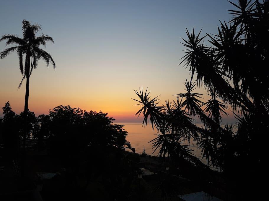 Vista mare e su villa Trabia dal balcone della camera matrimoniale foto 01