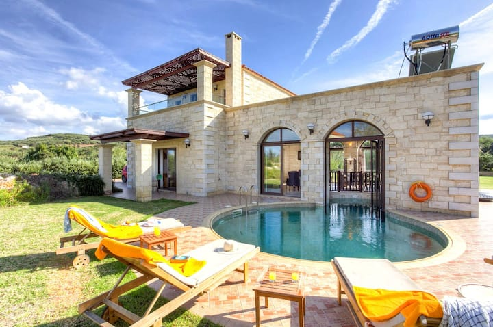 Platanias Villa, 2 BD, 2 BA, pool, 800m from sand