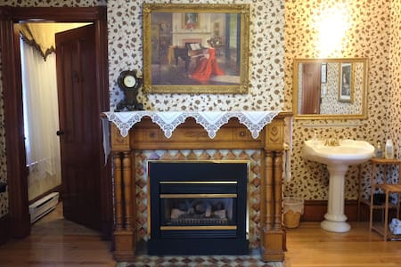 Beautiful Antique Queen Room -Ensuite & Fireplace - Shediac