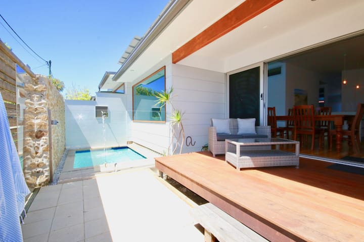 A Wave From It All - FREE LINEN, AIR CON AND PLUNGE POOL!