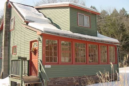 The Otter House-Charming Catskills Brookside Haven - Halcottsville