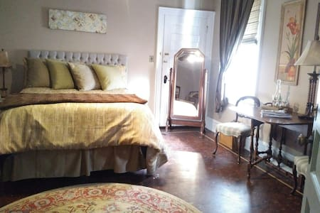 Suite Bella- Downtown, wifi, and garage
