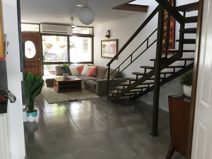 Cairns. spacious & Convenient sleeps 6 FREE Wi-Fi🌸