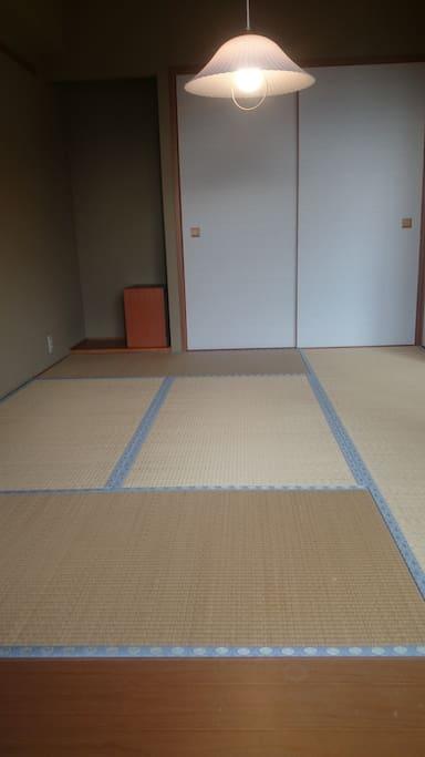 寝室は和室。押し入れに布団が4組ございます。こたつのご用意もあります。