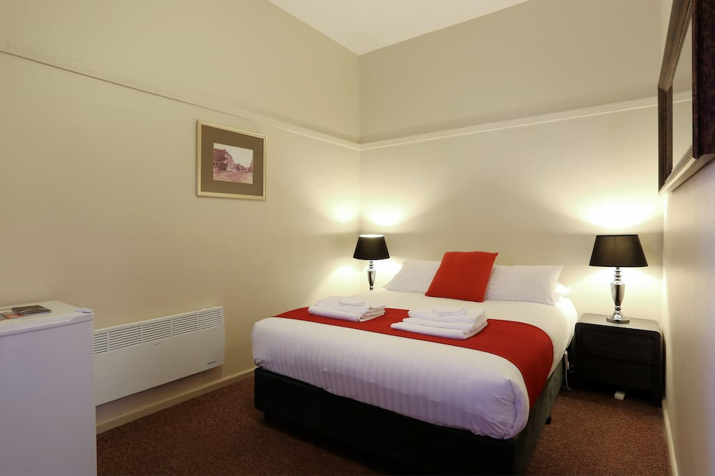 Macquarie house queen room 6 serviced flats for rent for Best private dining rooms hobart