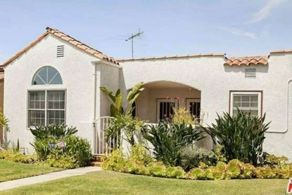 Affordable west los angeles luxury house w pool houses for Luxury houses for rent in los angeles