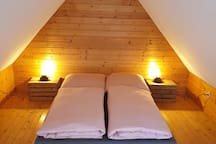 gemütliches Bett (1,40m breit) im Spitzboden