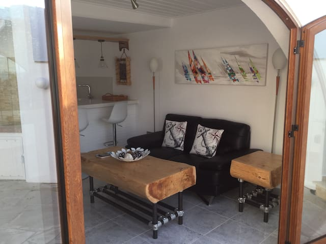 Beach apt with private court yard - Pissouri - Byt
