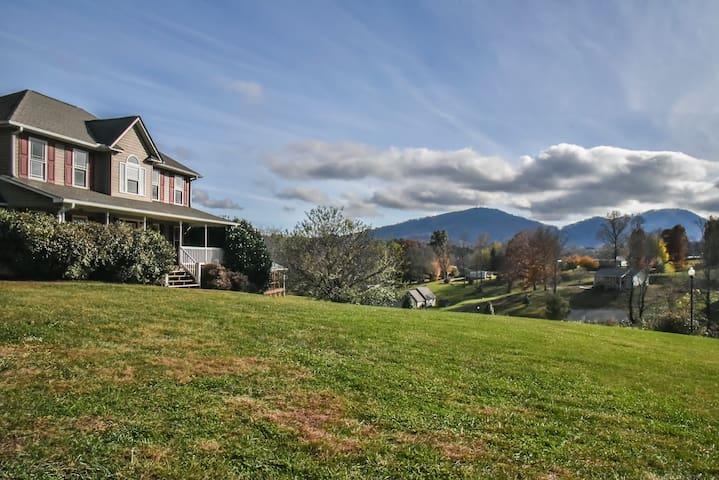 Asheville Mountain Views King Beds Hot Tub!