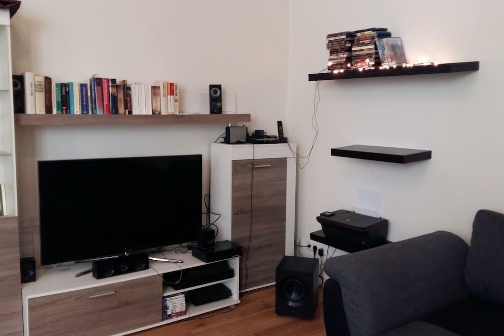 Flat TV, DVD, Blue Ray, Playstation 3,4 , Surroundsystem ,  WiFi