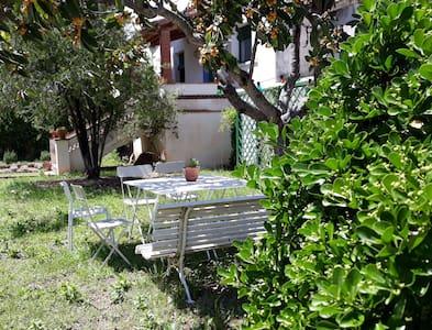 Can Jofré. Casa sencera amb jardí en entorn rural.