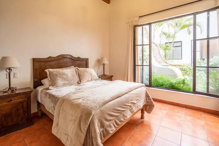 2da recámara con cama tamaño Queen size y baño completo / 2nd room with queen size bed and complete bathroom