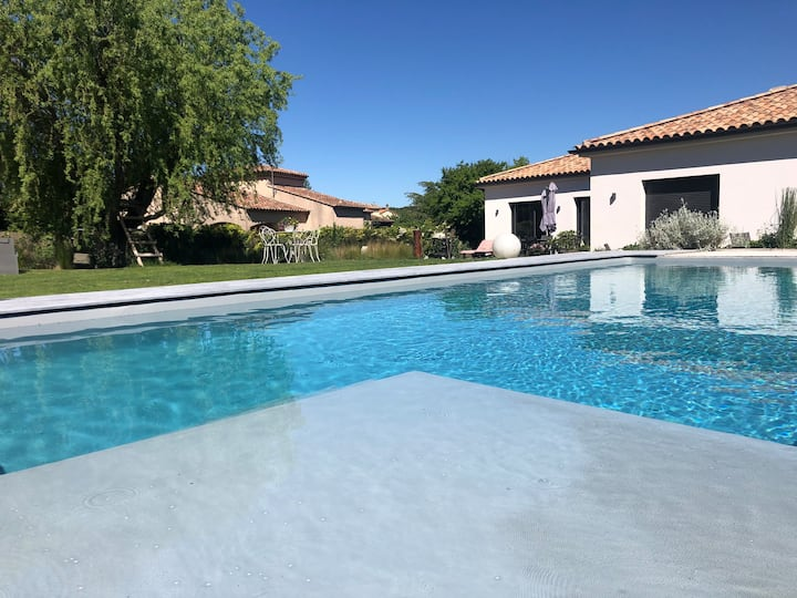 Villa with swimming pool for superb vacancies