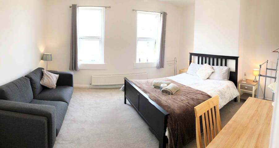Beautiful King Room + Huge Sofa + Free Parking