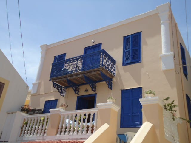Antique Venetian-style Greek villa - Chalki - Dom
