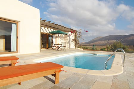 Exclusive villa with pool in natural surroundings - La Oliva