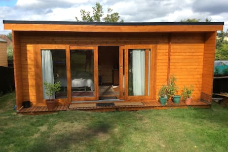 Large Cabin accommodation. - High Wycombe - Blockhütte