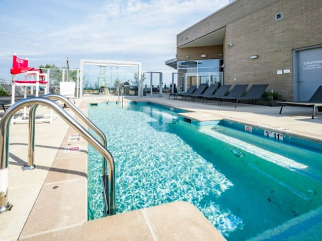 Luxury 2 BR Apartment in Downtown Bethesda w/ Pool