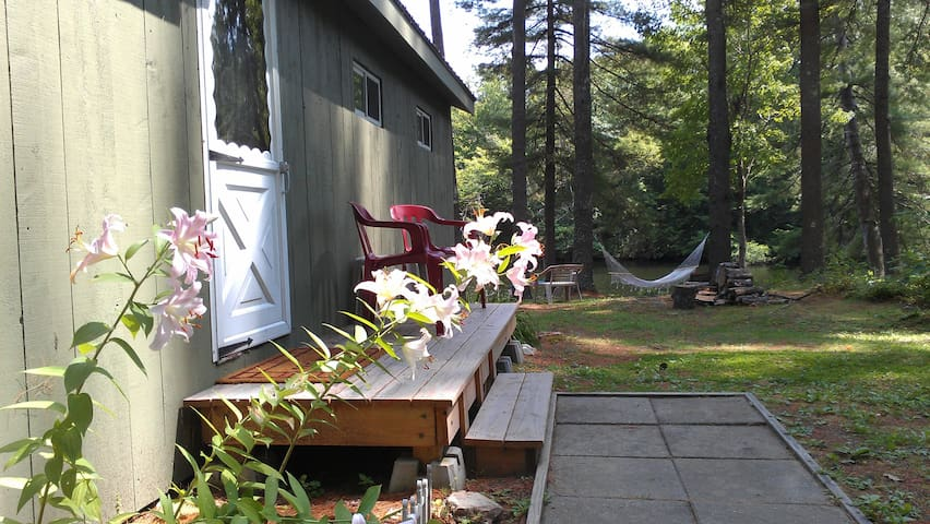 Peaceful Waters Edge Camp - Monmouth - Hus