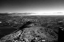 Η πόλη του Ορχομενού και ο κάμπος της Κωπαΐδας. Θέα από τον Μακεδονικό Πύργο στην κορυφή του Ακόντιου Όρους.