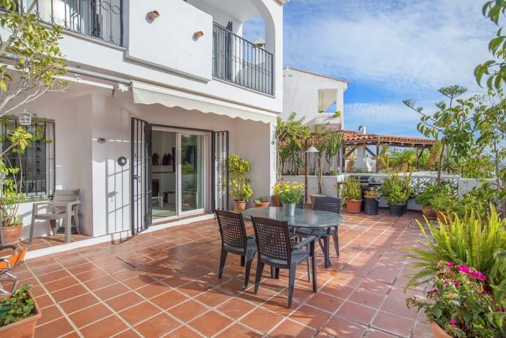 """Großzügiges Ferienhaus """"El Oceano Residence"""" mit Meerblick, Bergblick, WLAN, Balkon, Garten und Terrasse, Klimaanlage; Parkplätze vorhanden"""