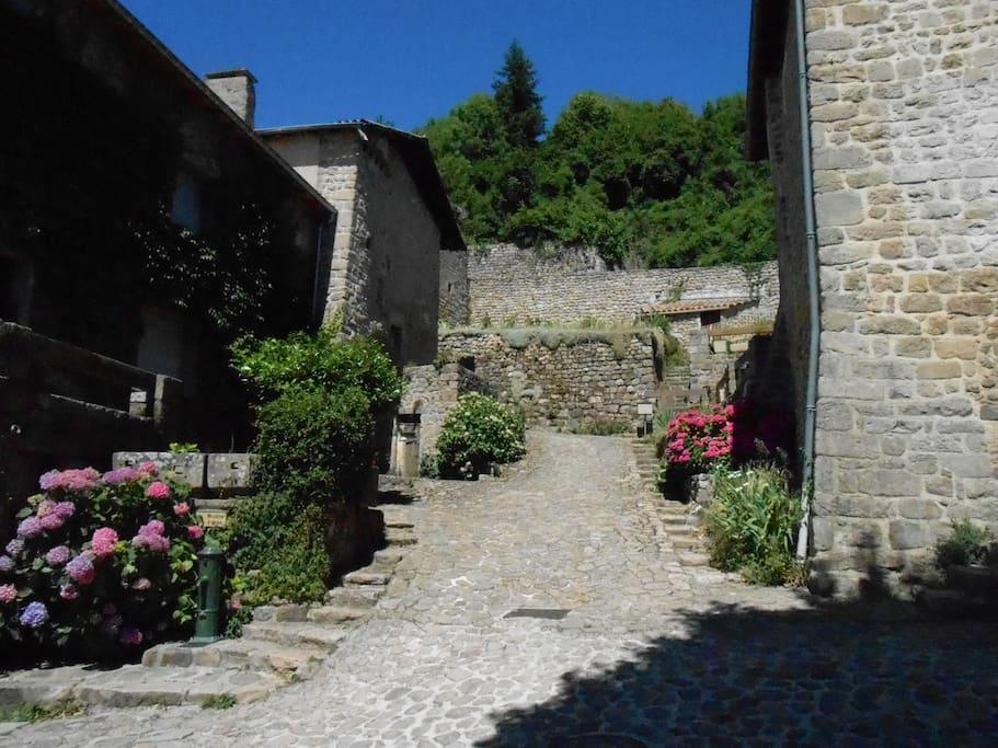 Notre village piottoresque Chalencon, classé de caractère, à 5 min à pied de la maison