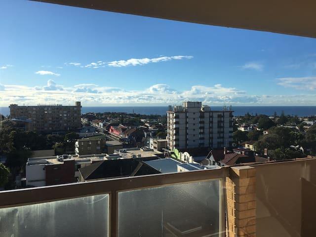 Bondi ocean views! Spacious room in 3bed apt - Bondi - Lägenhet