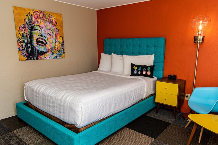 Deluxe Queen Room@ Uniquely Stylish Roadside Motel