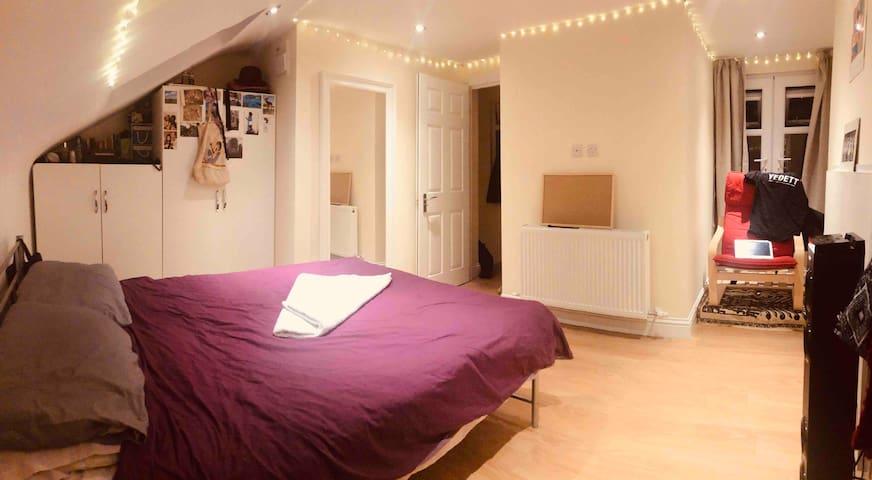 Large Attic Double room  En-suite in Quiet Yet