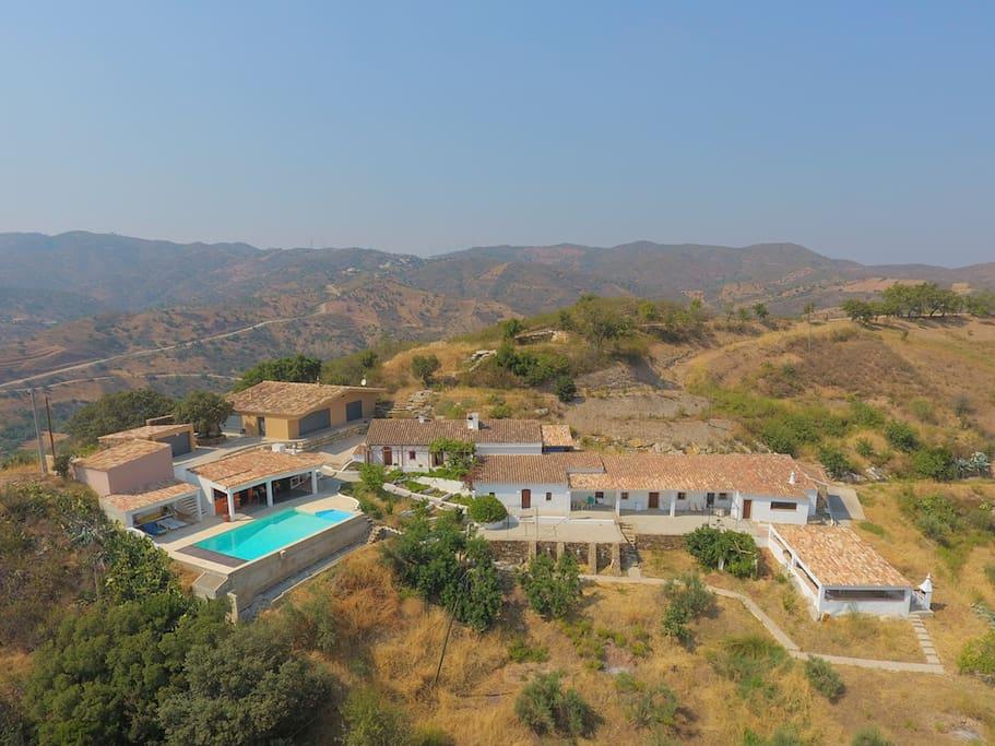 Vue d'ensemble d'Alqueivinho avec, au bout à droite, la Casa, la terrasse ombragée et le BBQ
