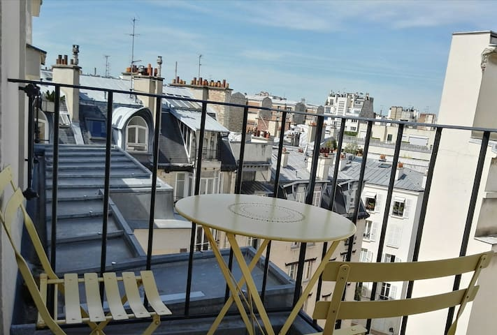 Nice quiet view under the roofs of Paris