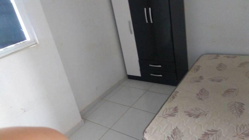 Quarto em apartamento amplo
