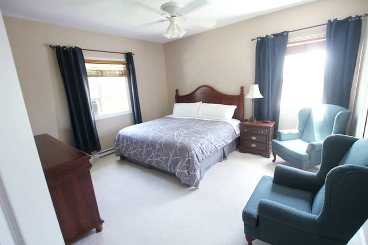 Clean King Room, Private Bathroom & Walk-in Closet