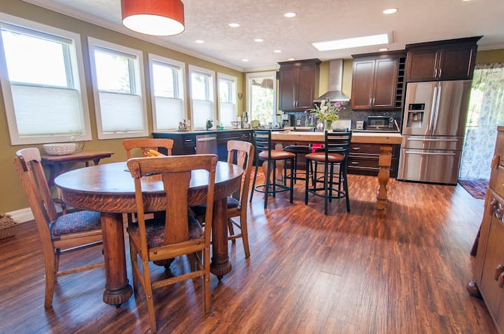 Fabulous Kitchen*Central*Bright Mountain View Deck