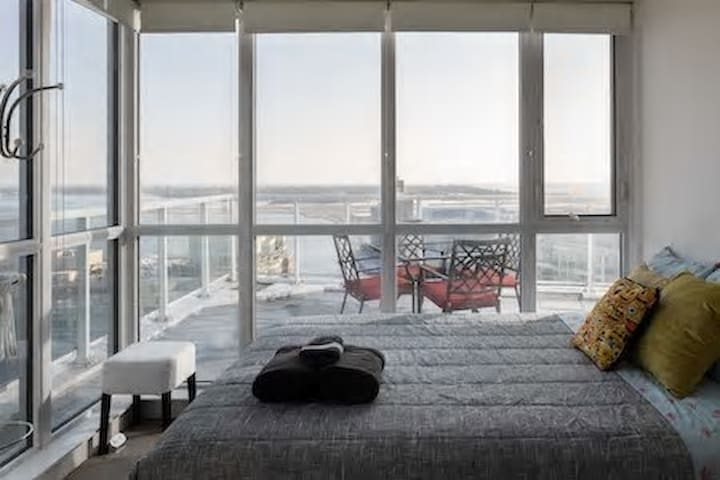 COZY ROOM WITH PANORAMIC VIEW OF LAKE&CN TOWER