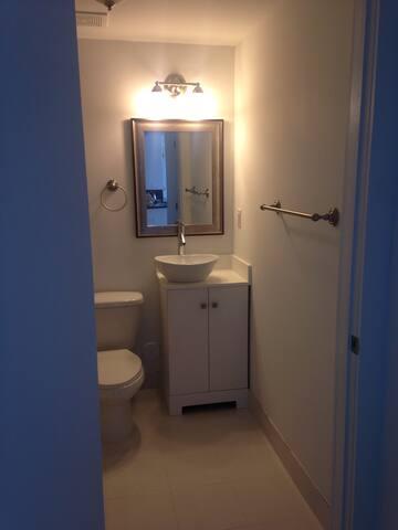 Bedroom /bathroom new apt. - Miami - Daire