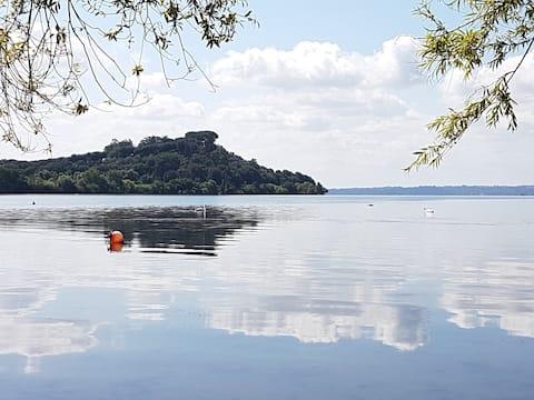 Villa med park og privat tilgang til innsjøen