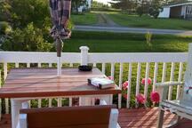 Vous pouvez  prendre votre repas ou une boisson sur le patio...