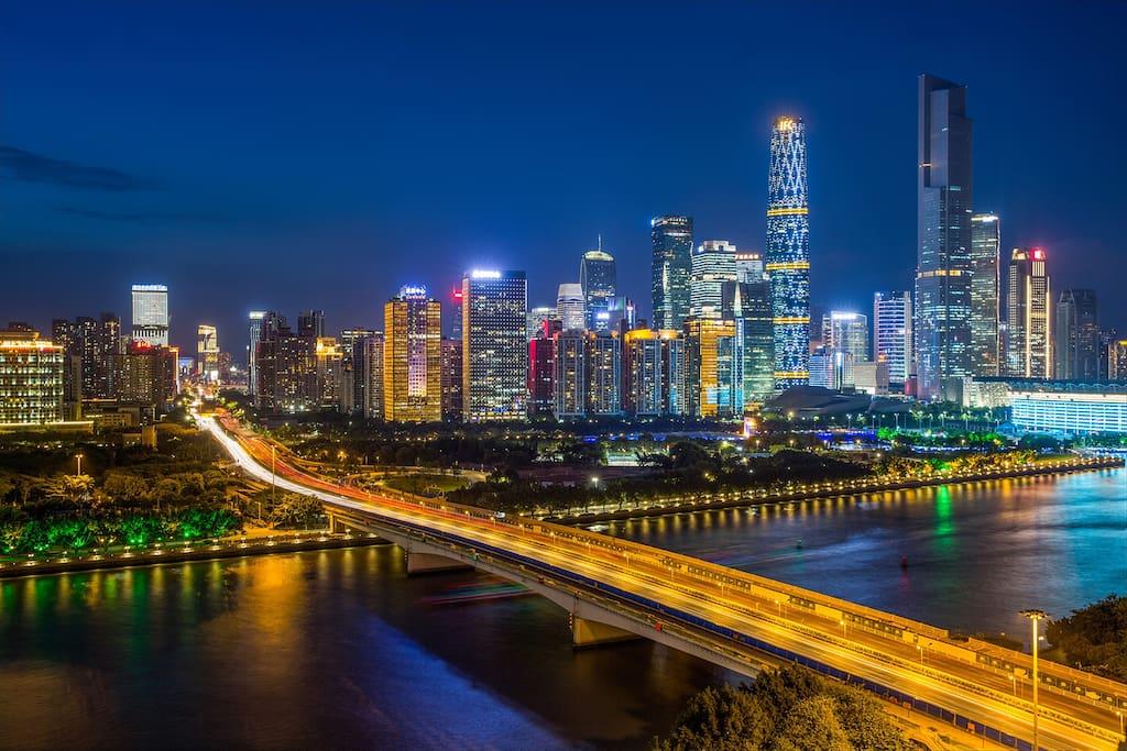 阳台上的外景:珠江新城+广州大桥在珠江的映衬下美伦美幻