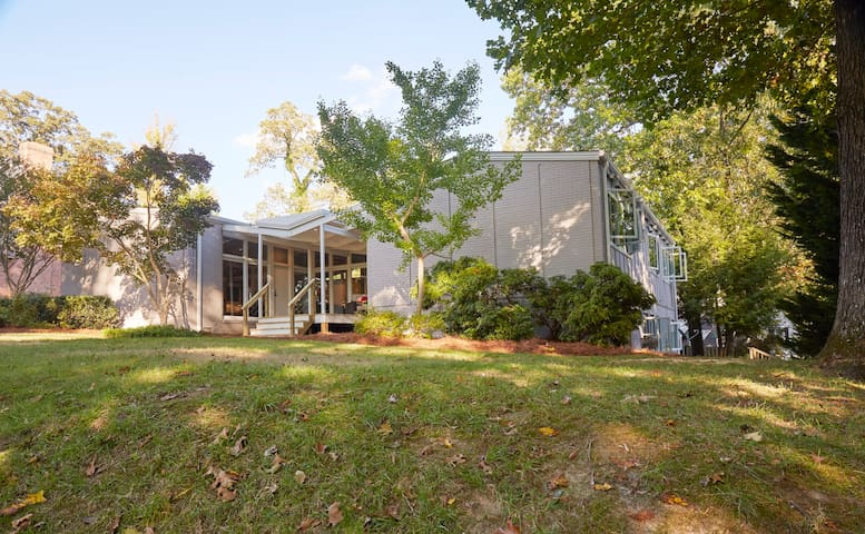 Mid Century Modern House by HP Country Club - High Point - Casa