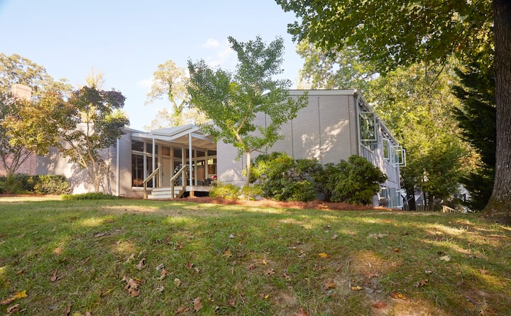 Mid Century Modern House by HP Country Club