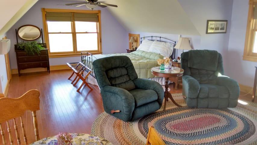 Queen Suite Sitting Area