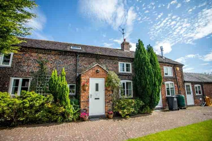 Delightful North Staffs family country cottage