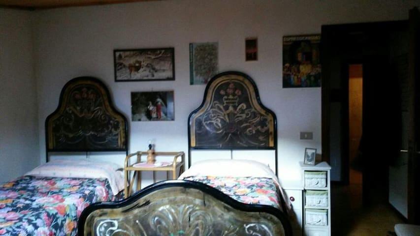 Camera da letto con 2 letti singoli (unibili in matrimoniale) e ampi armadi su misura