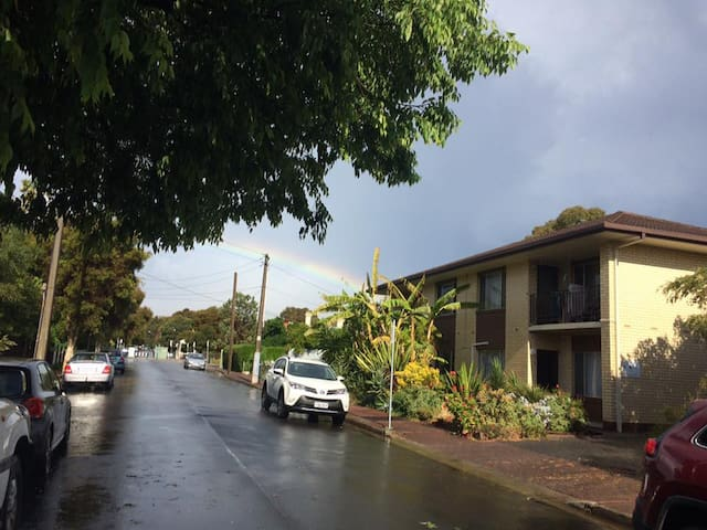 Beautiful leafy old inner suburb - Parkside - Apartamento