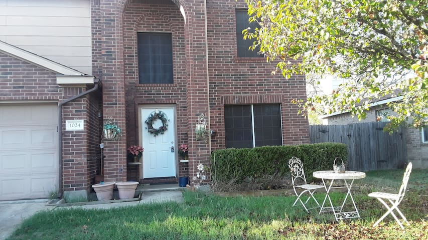 Stylish home in safe neighborhood close to Austin