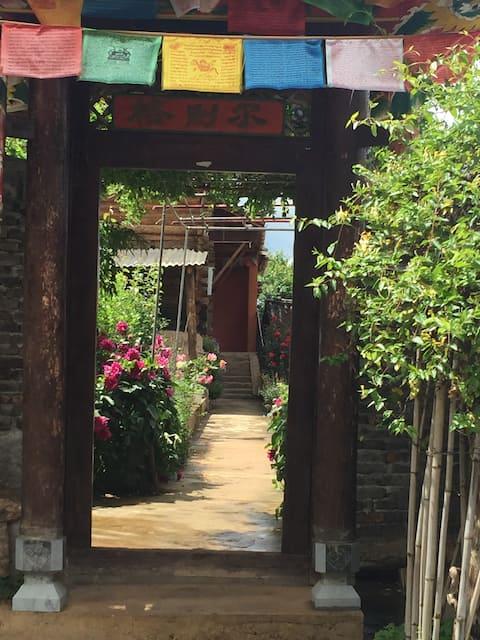 《格则尔》是景区内所剩无几的传统民居四合院,整个院子房屋都是纯木头建造,是景区内的保护民居。
